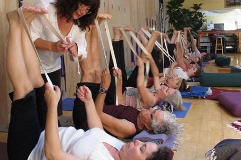 suza-yoga-students-490